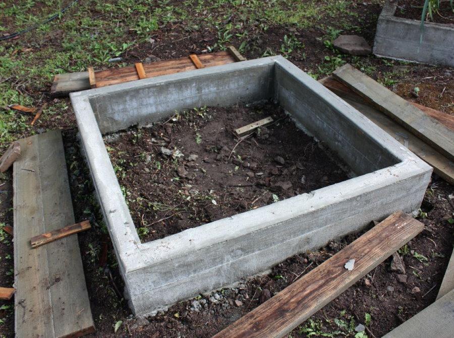 Бетонный короб квадратной грядки для огородных культур