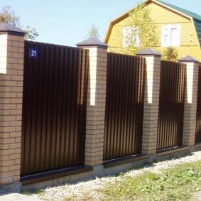 Забор из профлиста со столбами из кирпича