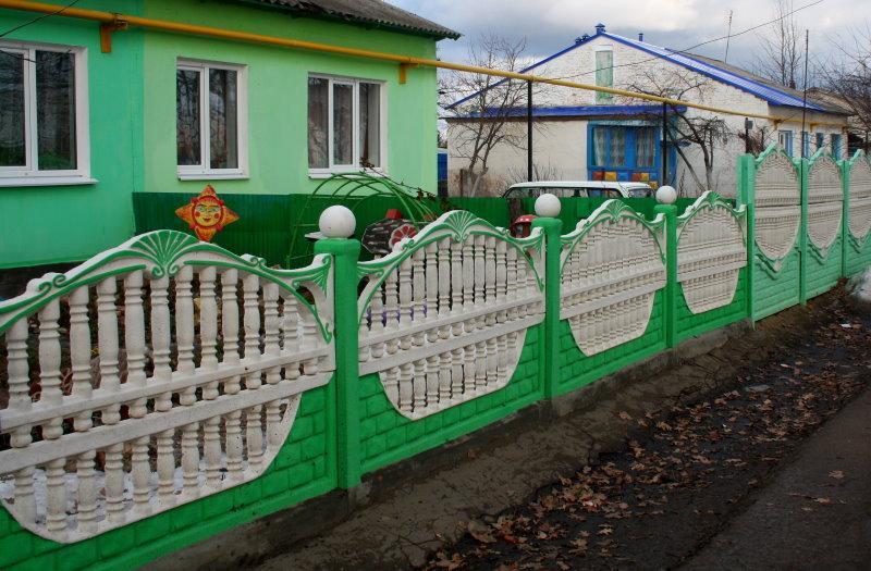 Бетонный забор в палисаднике частного дома