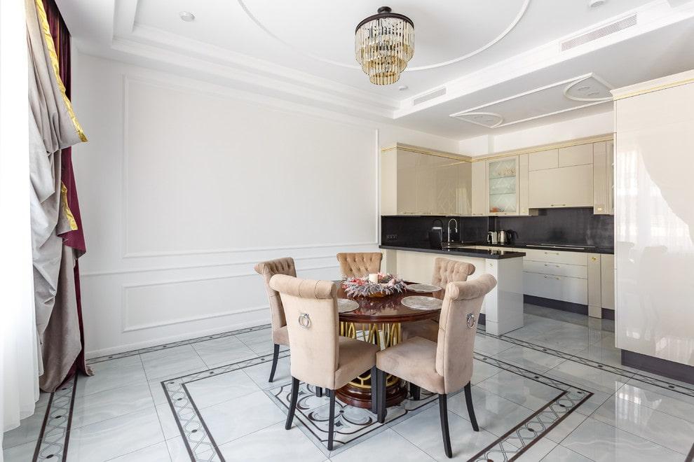Керамический пол в кухне-столовой элитной квартиры