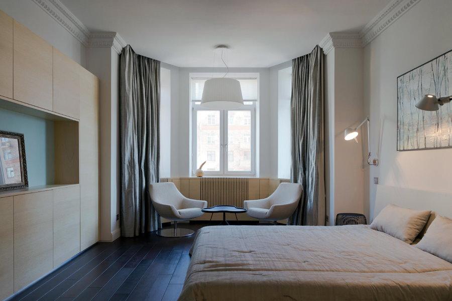 Уголок отдыха в эркере спальной комнаты площадью 20 кв м