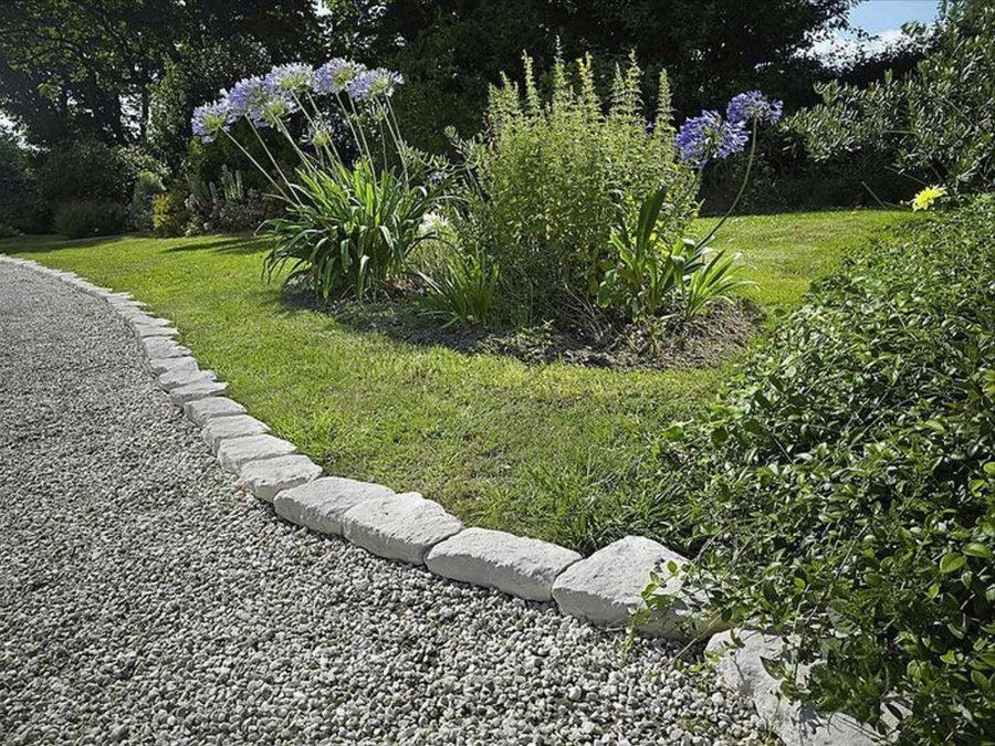 Простая садовая дорожка с засыпкой из гравия