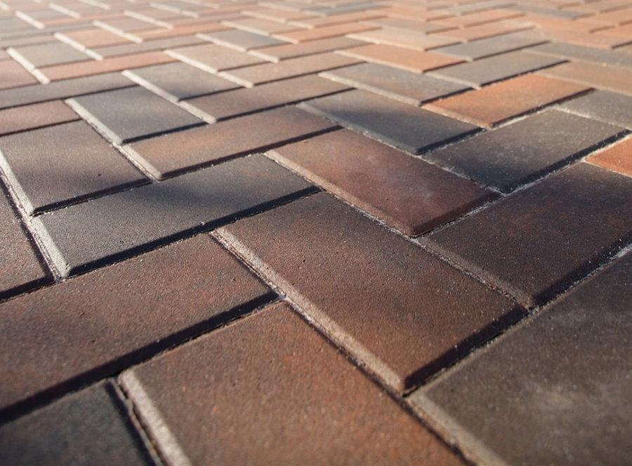 Прямоугольная бетонная плитка во дворе частного дома