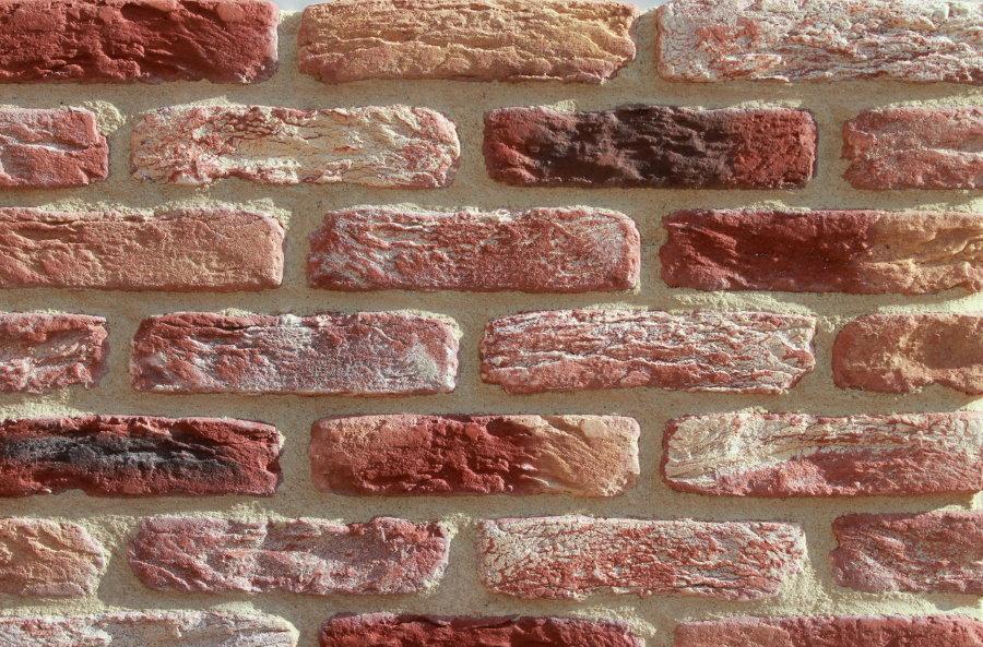 Отделка стены декоративным кирпичом на основе цемента