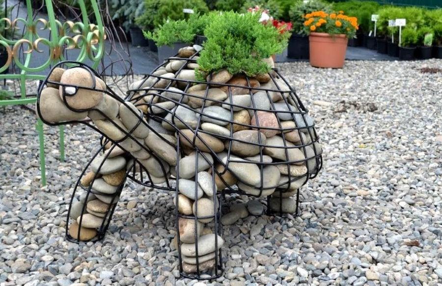 Умная черепаха из камня и проволоки