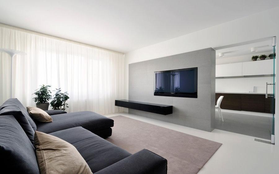 Акцентная стена серого цвета в гостиной минималистического стиля