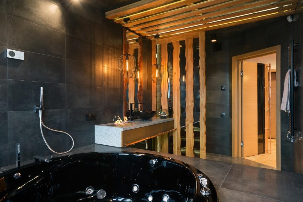 Черная ванна с гидромассажем в санузле стиля лофт