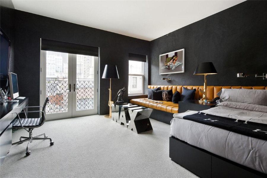 Коричневый диван в черно-белой спальне