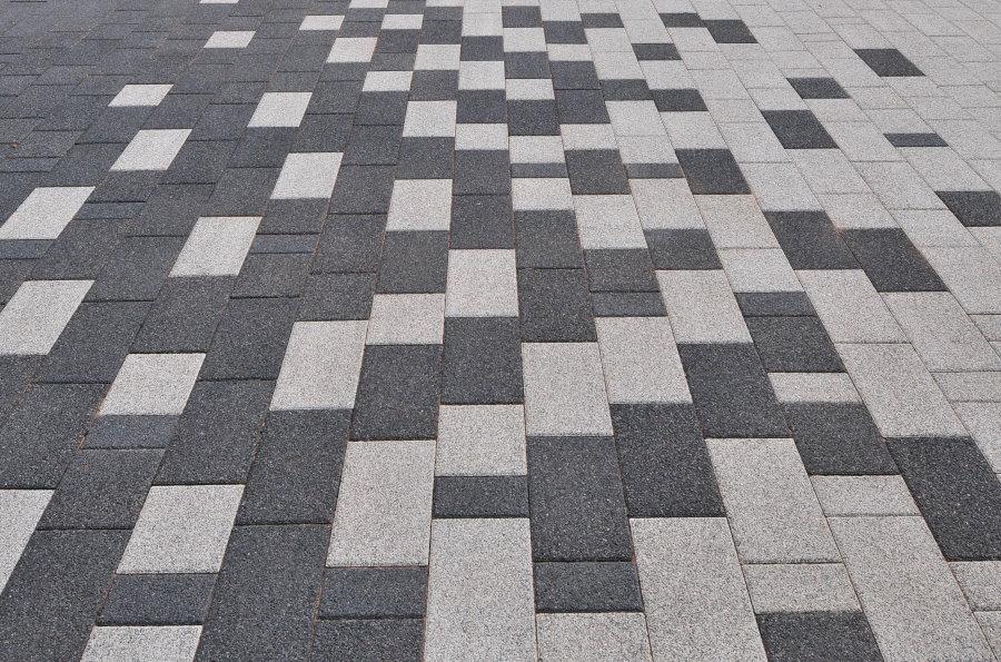 Серо-белая дорожка из цементной плитки