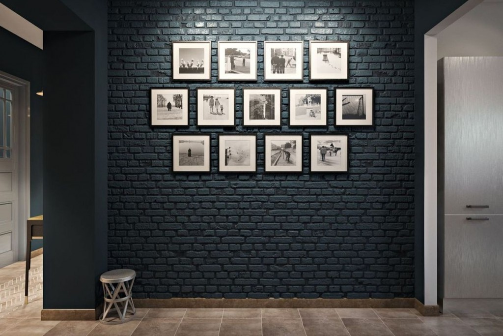Фотографии в рамках на темной стене с кирпичной отделкой