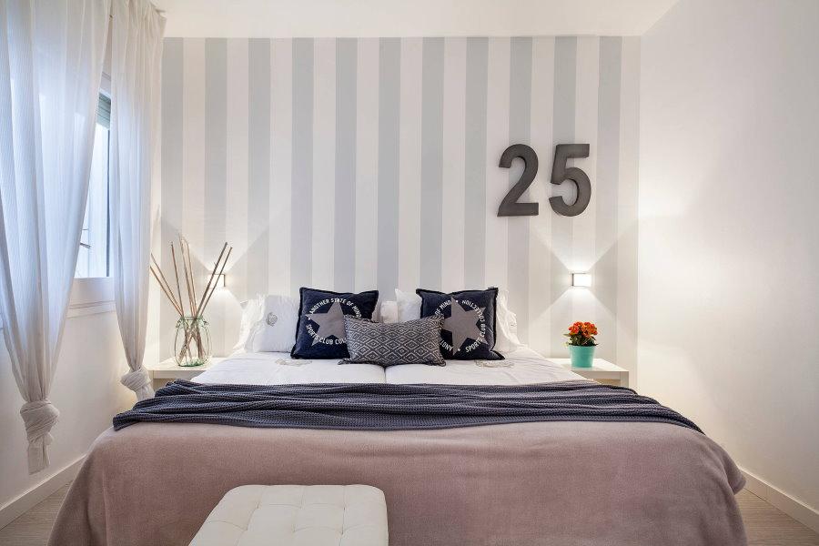 Оформление обоями спальной комнаты с невысоким потолком