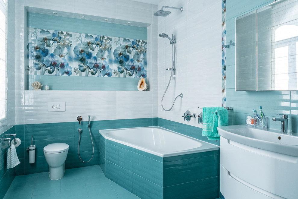 Интерьер ванной комнаты с кафельной плиткой бирюзового оттенка
