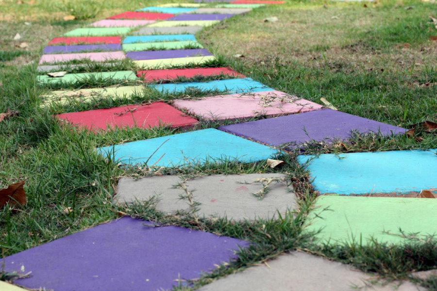 Цветная дорожка из бетона на дачном участке