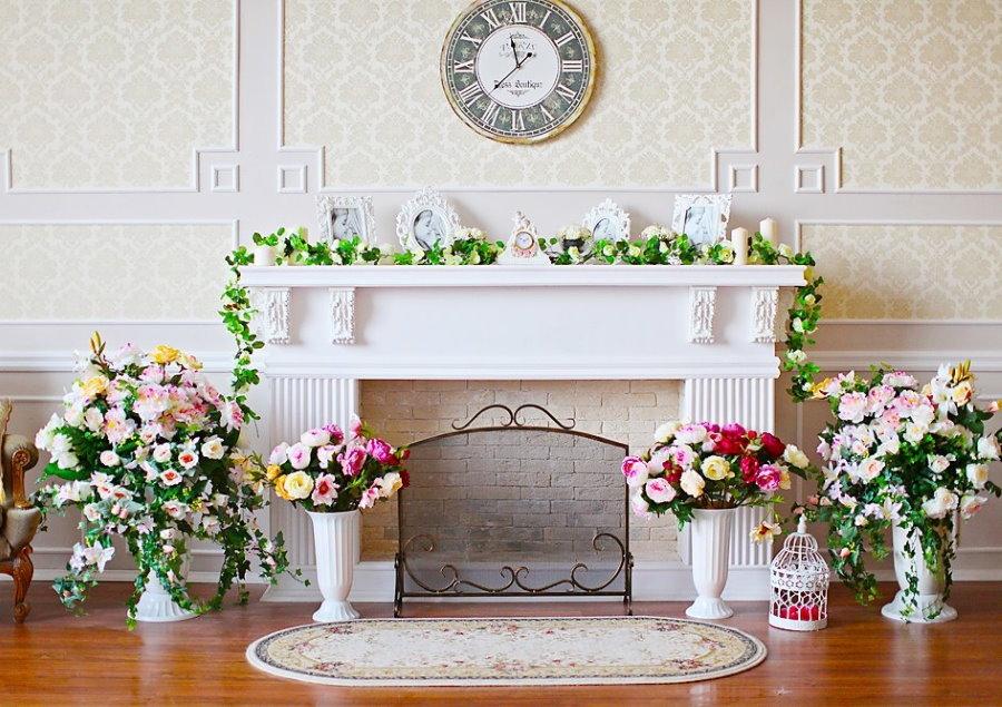 Декорирование фальш-камина живыми цветами