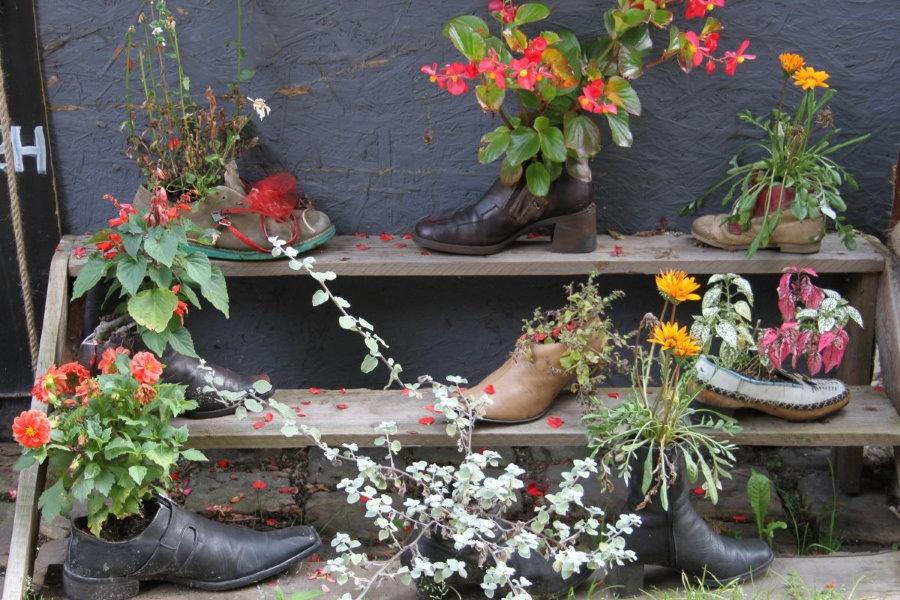 Садовая клумба из старых ботинок и туфлей
