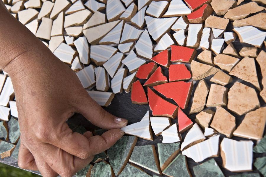 Декорирование бетонной дорожки осколками кафеля