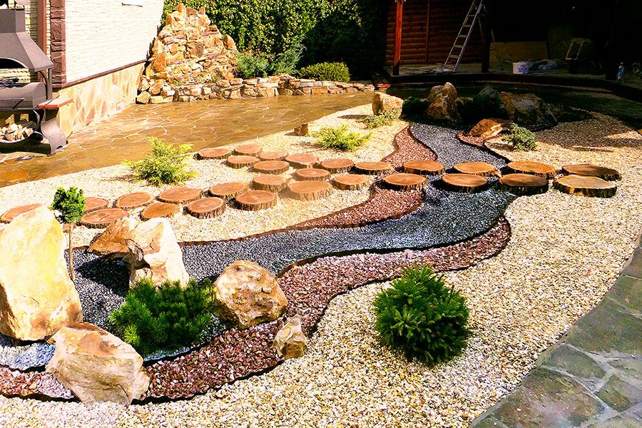 декор двора камнем