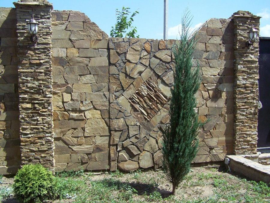 Декоративная отделка забора из природного камня