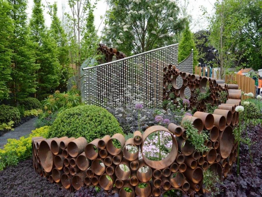 Декор сада обрезками стальных труб разного диаметра