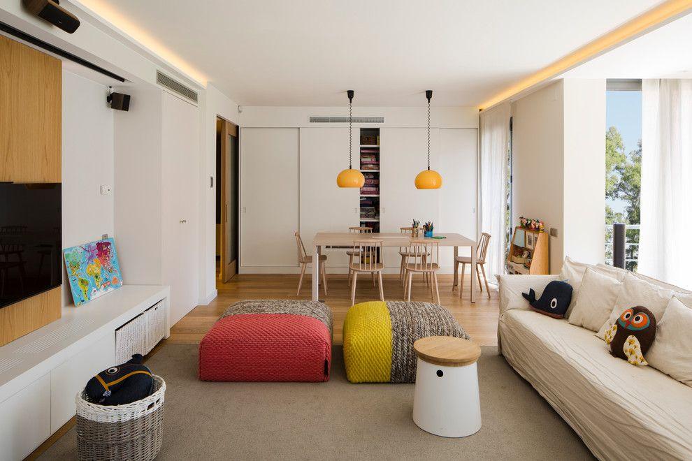 Белый потолок в гостиной-столовой