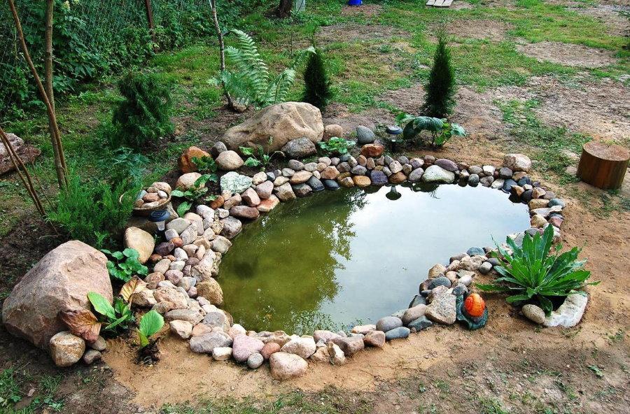 Небольшой пруд на загородном участке 10 соток