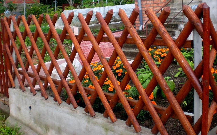 Декоративный забор из палок на бетонном основании