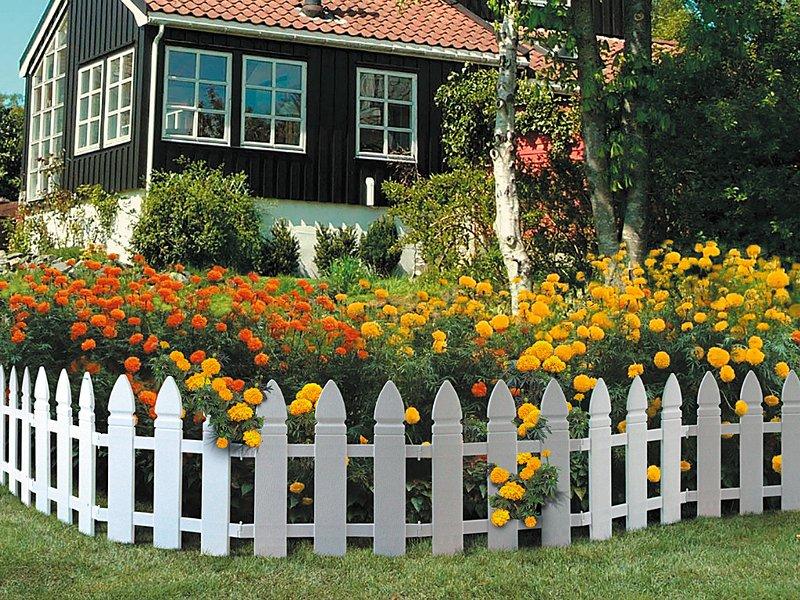 Пластиковый заборчик перед цветником в палисаднике
