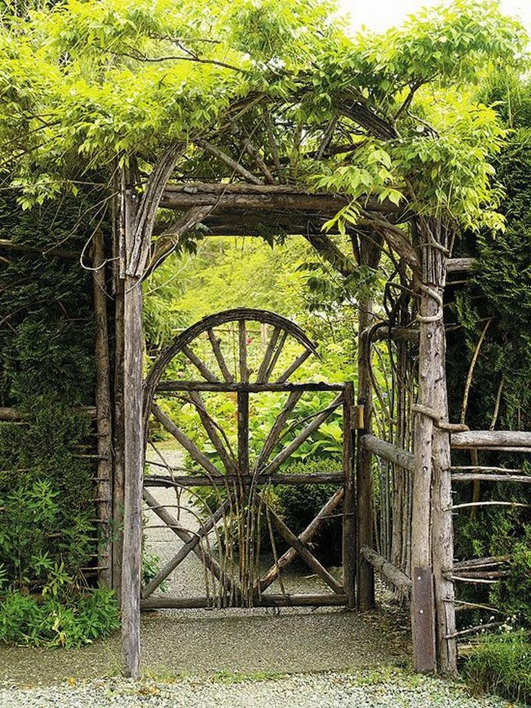 Заросшая арка над деревянной калиткой