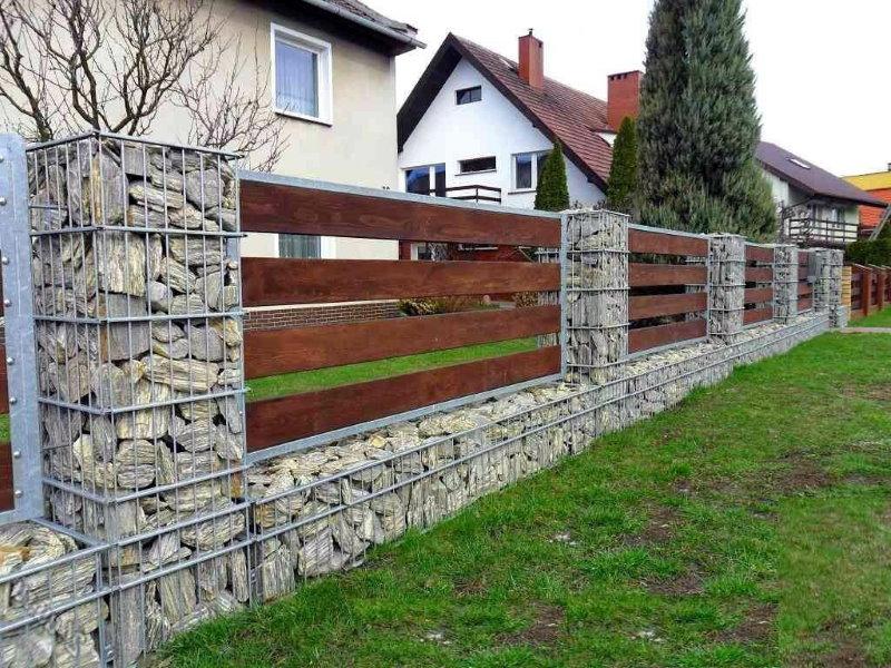 Забор из габионов в палисаднике частного дома