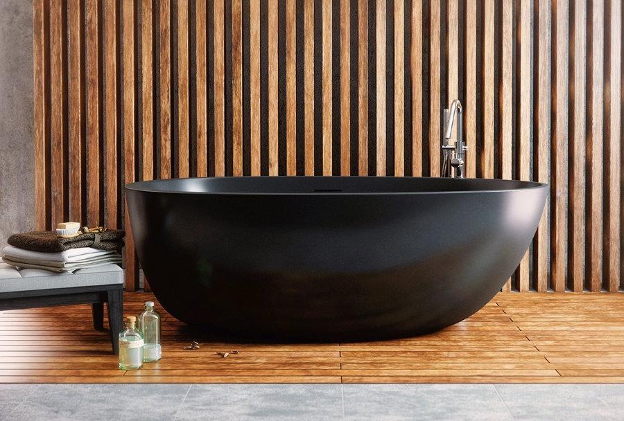 Черная акриловая ванна в комнате с деревянным декором