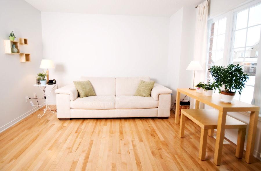 Светлая комната с деревянным напольным покрытием