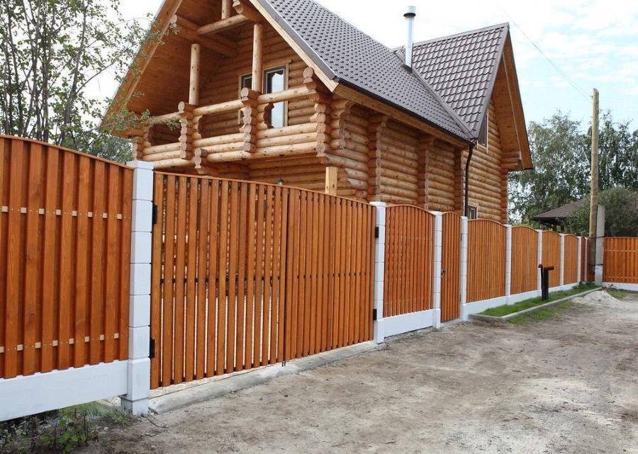 Забор из деревянного штакетника перед срубовым домом