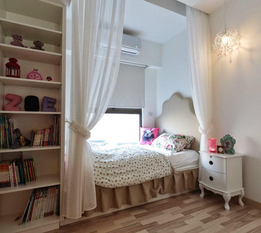 Детская кровать в нише перед окном комнаты