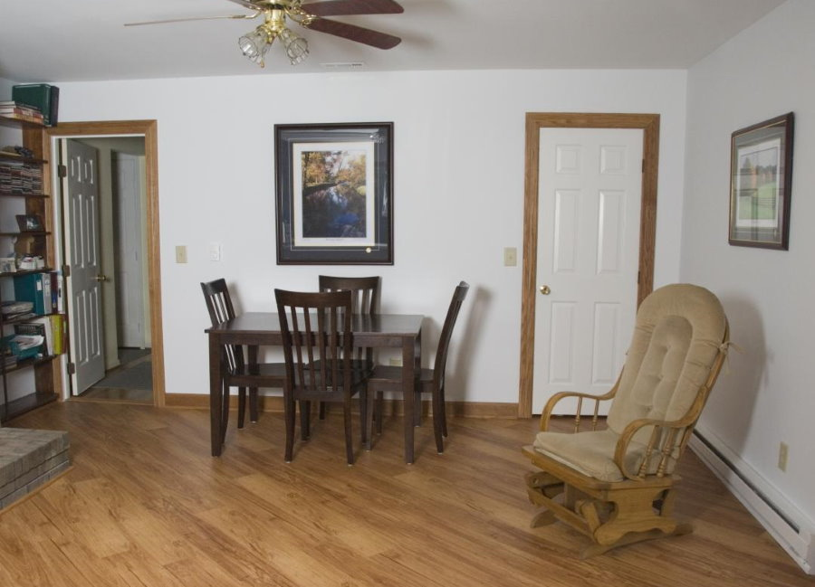 Диагональная укладка ламината в маленькой гостиной