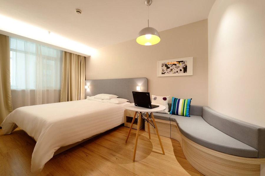 Длинный диванчик вдоль стены гостевой комнаты