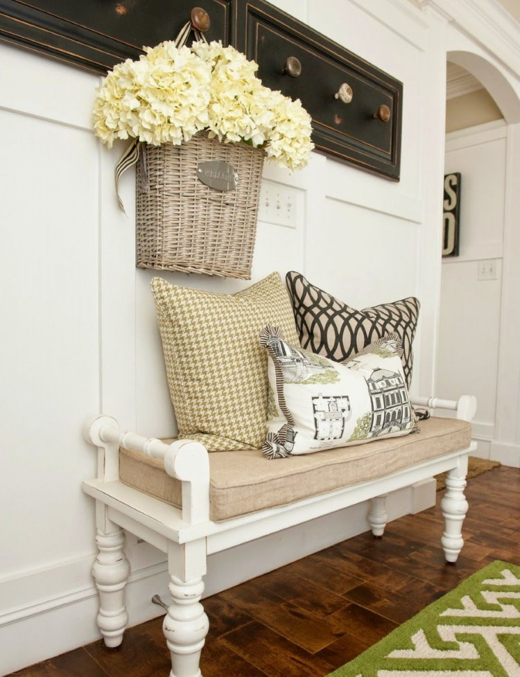 Скамья-диванчик в прихожей деревенского стиля