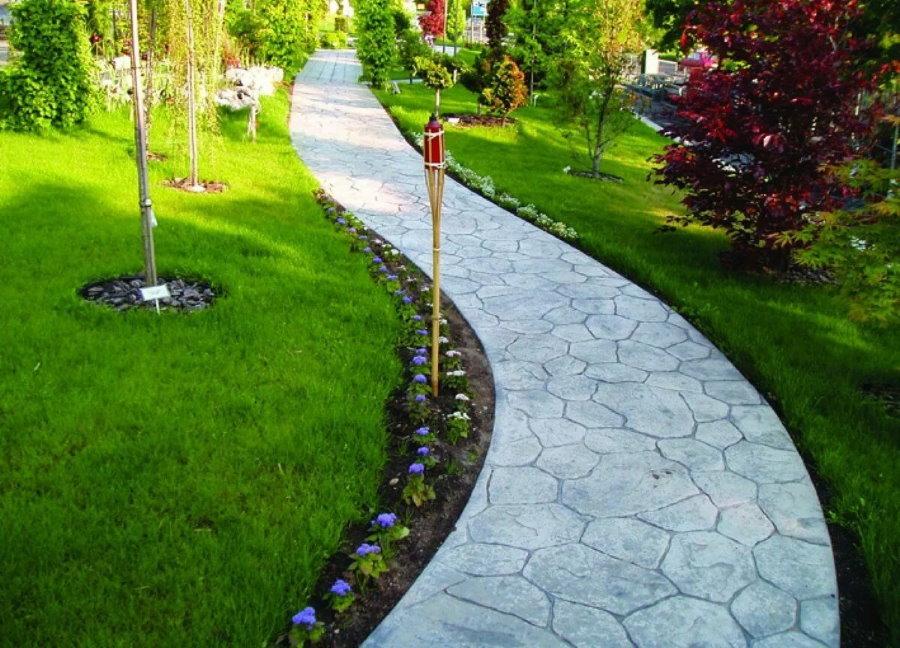 Длинная дорожка с бетонным покрытием на даче