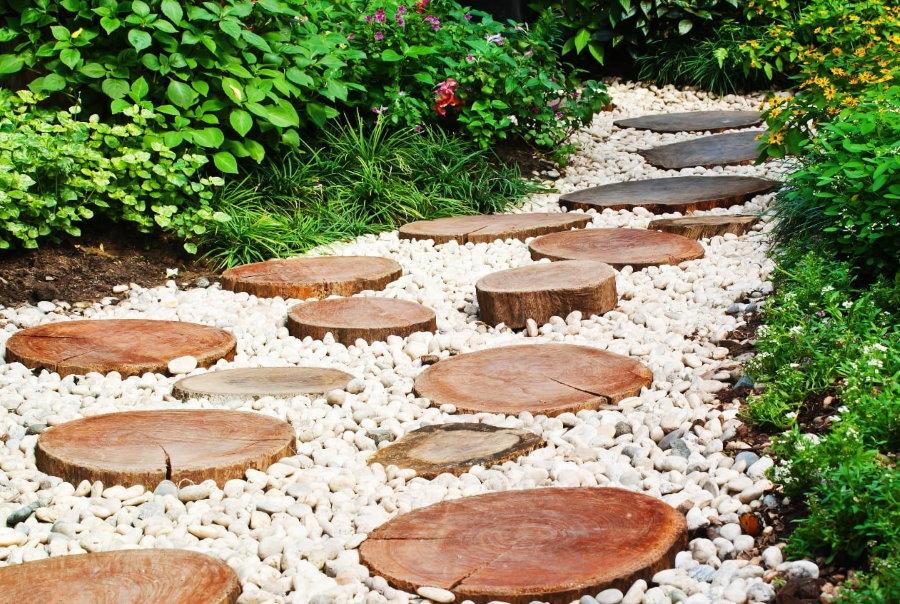 Садовая тропинка из спилов дерева и гравия