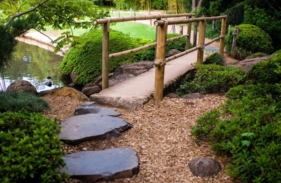 Каменная тропинка к мостику с бамбуковыми перилами