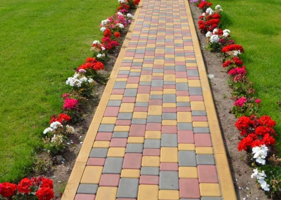 Садовая дорожка с бордюрами слева и справа