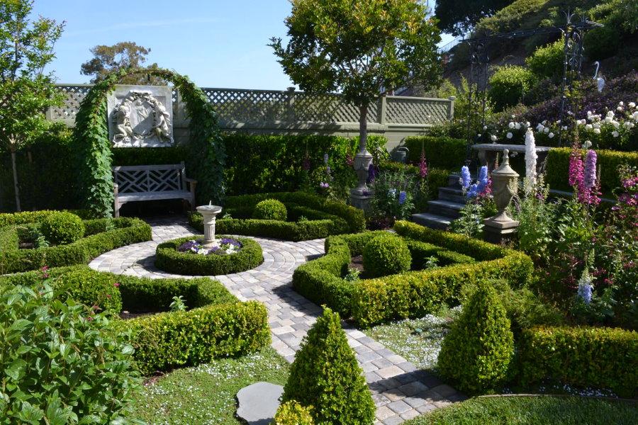 Бетонные дорожки в ландшафте классического сада