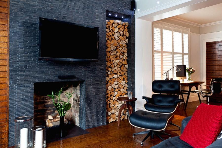 Поленница колотых дров в нише стены гостиной комнаты