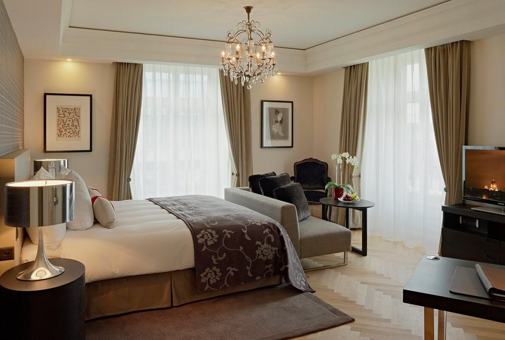 Меблировка угловой спальни с двумя окнами
