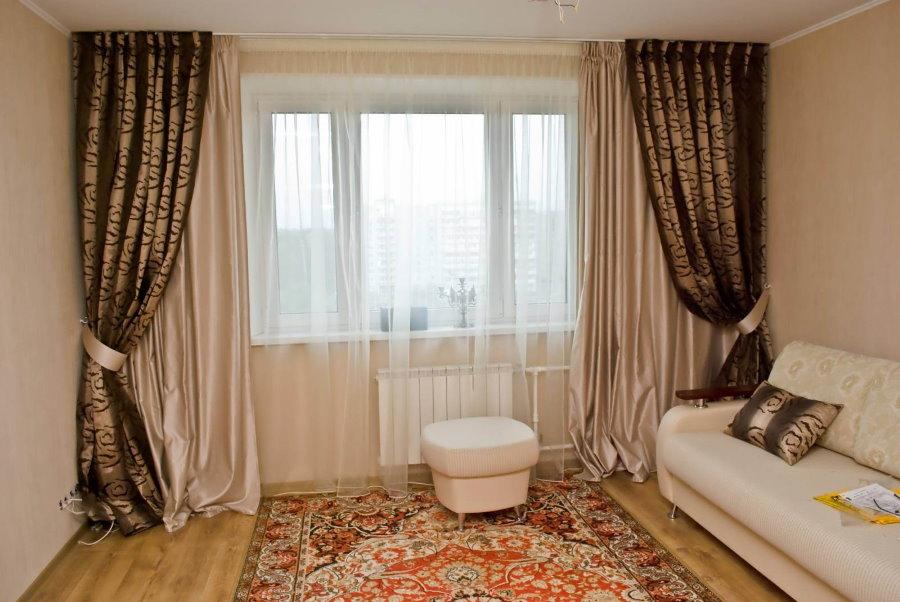 Двойные шторы в гостиной двухкомнатной квартиры