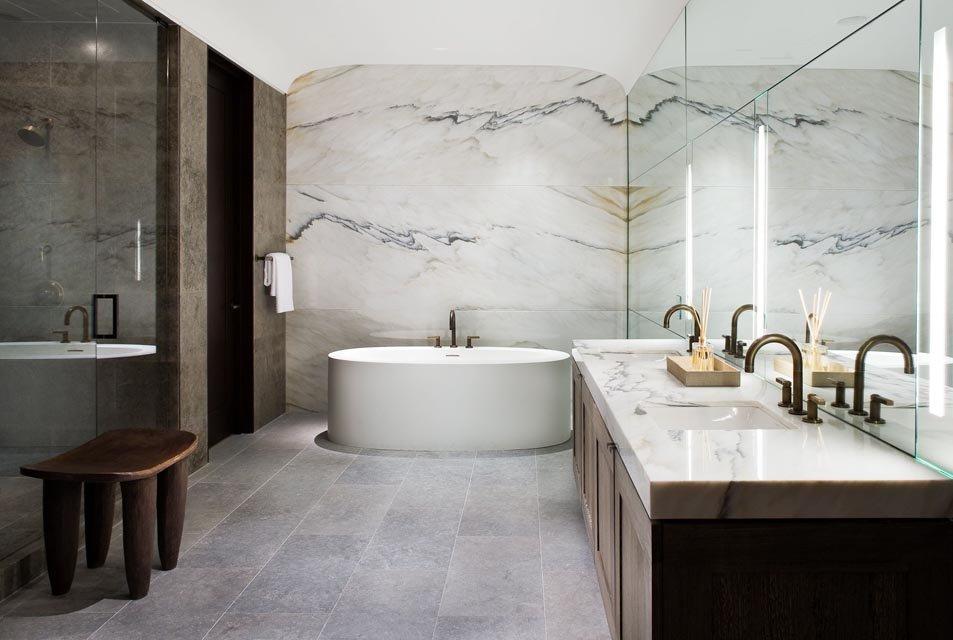 Мраморная отделка ванной в элитной квартире