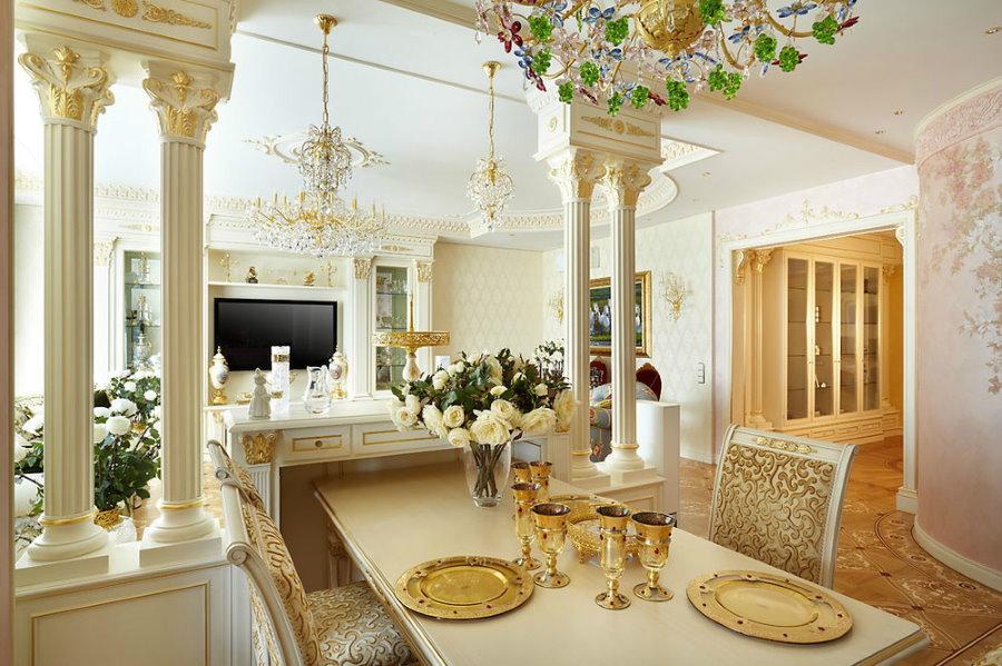 Колонны с позолоченным декором в гостиной-столовой