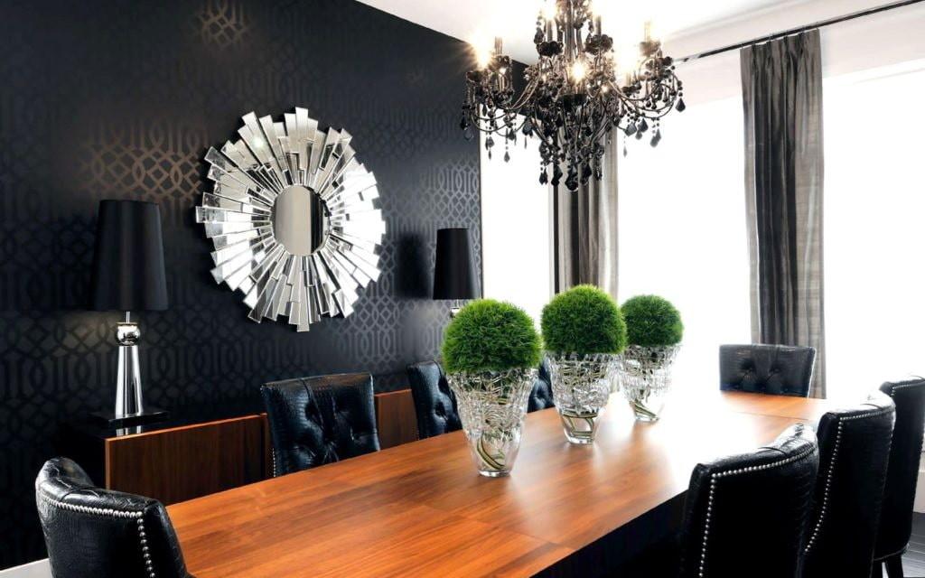 Деревянный стол для приема гостей хозяевами элитной квартиры