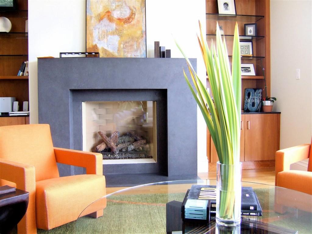 Декоративный камин с дровами в гостиной современного стиля