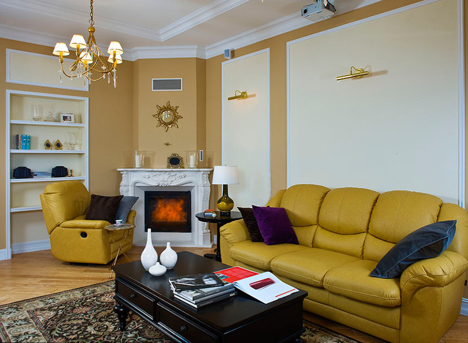 Кожаная мебель в зале с угловым фальш-камином