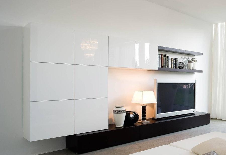 Глянцевая стенка в гостиной современного стиля
